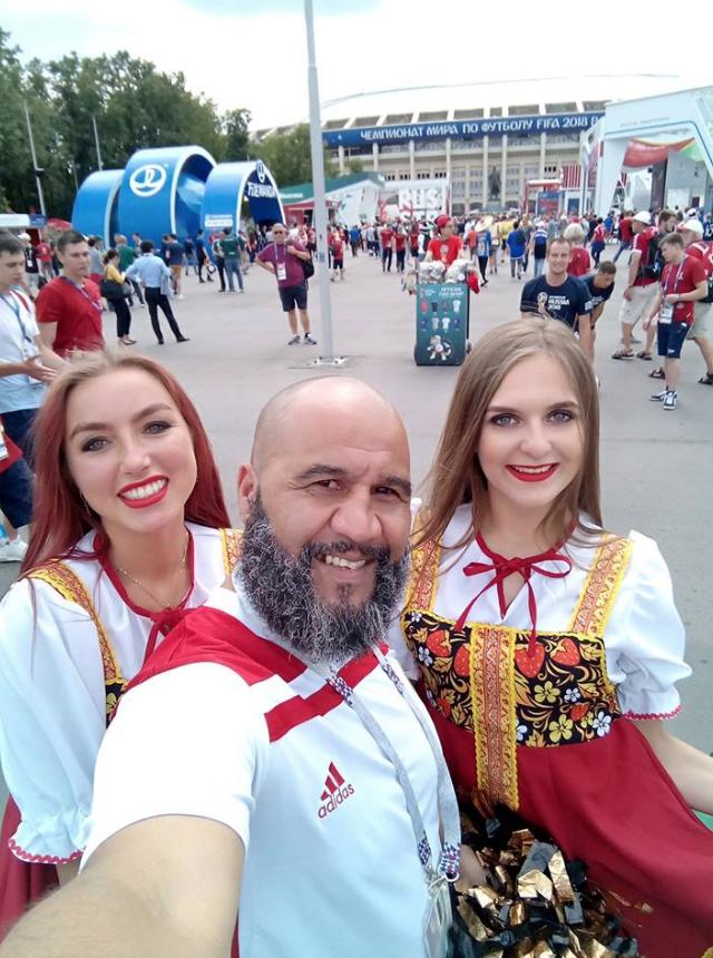 Тарик не мог не сфотографироваться с русскими девушками в Москве. Фото предоставлено героем материала