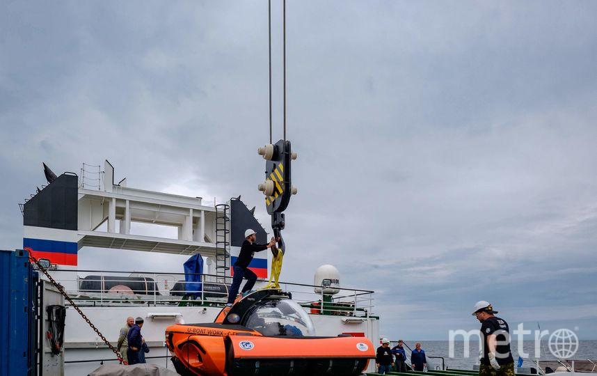 """Обитаемый подводный аппарат выгружают на воду с помощью плавучего крана. Фото Алена Бобрович, """"Metro"""""""