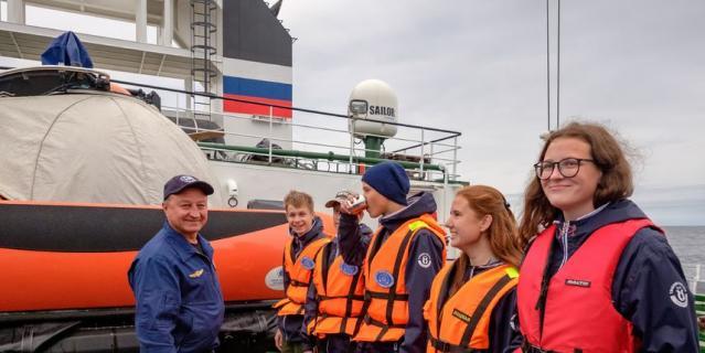 Обряд посвящения в моряки проводит начальник Центра подводных исследований Герой России Евгений Бобров.
