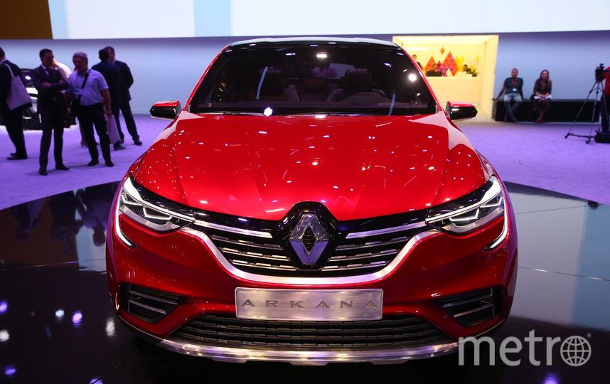 Название новой модели Renault происходит от латинского слова Arcanum - «тайна». Пожалуй, это самая ожидаемая премьера Московского автосалона. Автомобиль – первый в истории французской марки купеобразный кроссовер, многие журналисты сравнили его с BMW X6. Фото Василий Кузьмичёнок