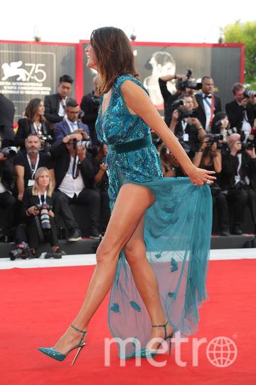 Платья с красной дорожки кинофестиваля в Венеции. Телеведущая из Италии Элиза Изоарди. Фото Getty