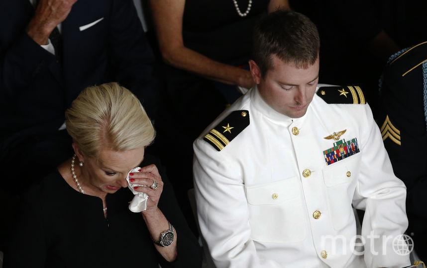 Прощание с Джоном Маккейном прошло в Финиксе. Жена с сыном. Фото Getty