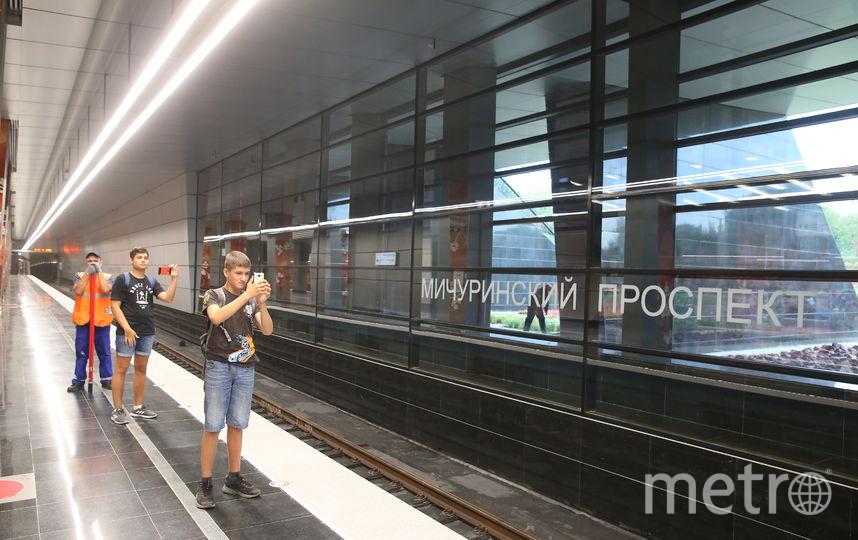 """Пассажиры ждут поезд на станции """"Мичуринский проспект"""". Фото Василий Кузьмичёнок"""