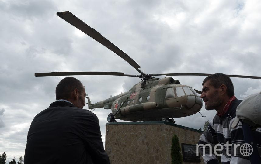 """В Агалатово, в память о военных летчиках, на высоких постаментах, установлены два вертолета Ми-8 и Ми-24. Фото Святослав Акимов., """"Metro"""""""
