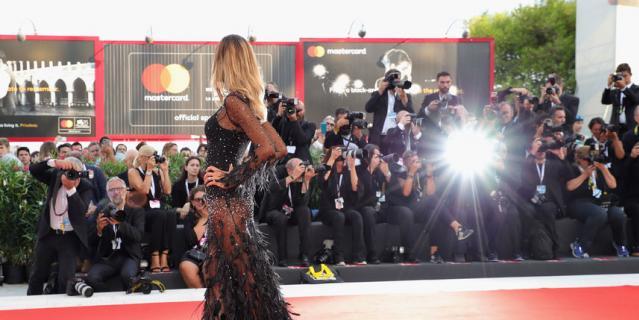 Платья звезд Венецианского кинофестиваля. Модели выбирали очень откровенные наряды.
