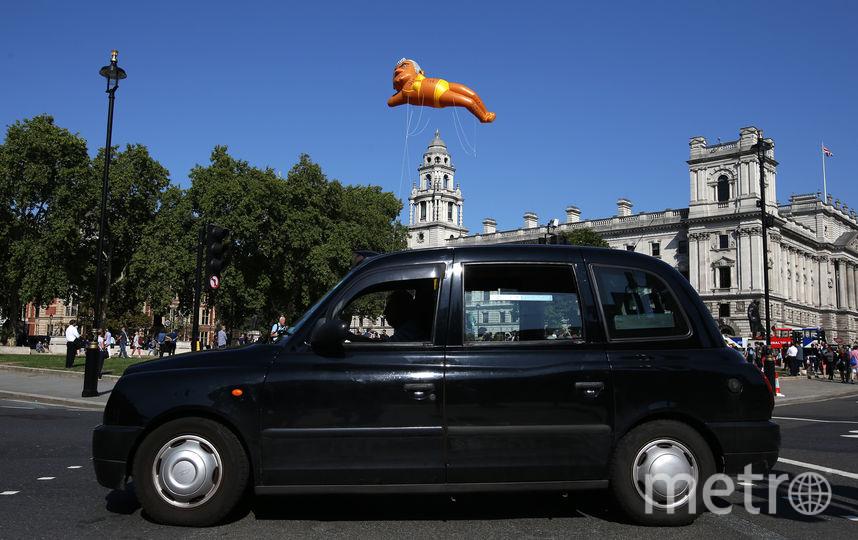 """Жёлтый купальник, в который одет """"надувной мэр"""", намекает на запрет, введённый Ханом на рекламу в общественном транспорте. Фото AFP"""