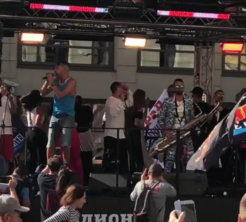 Шнуров устроил бесплатный концерт на Невском. Фото скриншот www.instagram.com/mr.shalfeeey/