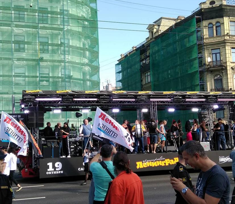 Шнуров устроил бесплатный концерт на Невском. Фото скриншот www.instagram.com/viktorbezzubikov/
