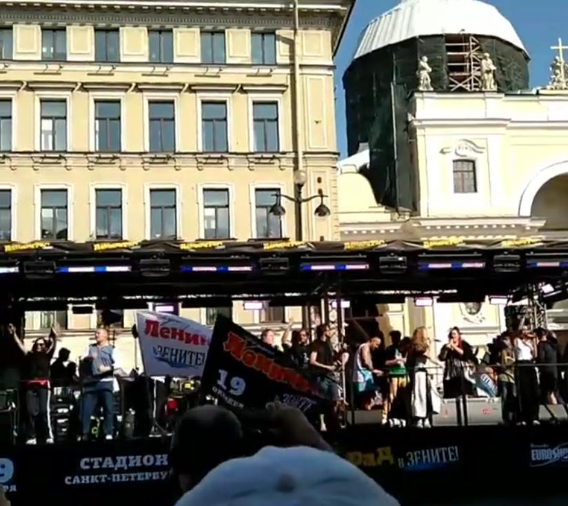 Шнуров устроил бесплатный концерт на Невском. Фото скриншот www.instagram.com/nikita__kolesnikov/