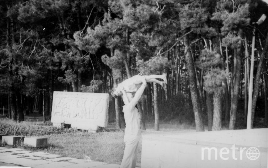 """Академик Валентин Глушко в Пицунде """"приучает к полётам"""" своего сына Александра. Фото Из архива семьи Глушко"""