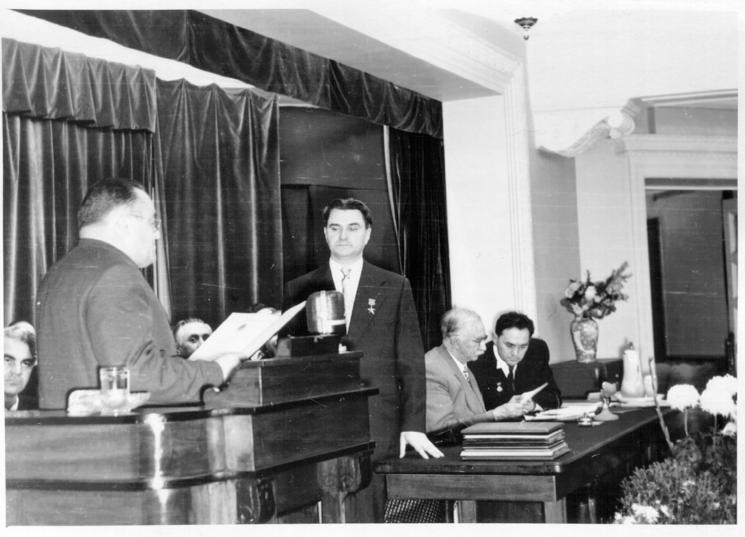 Сергей Королёв зачитывает поздравительный адрес Валентину Глушко в честь его 50-летия. Фото Из архива семьи Глушко