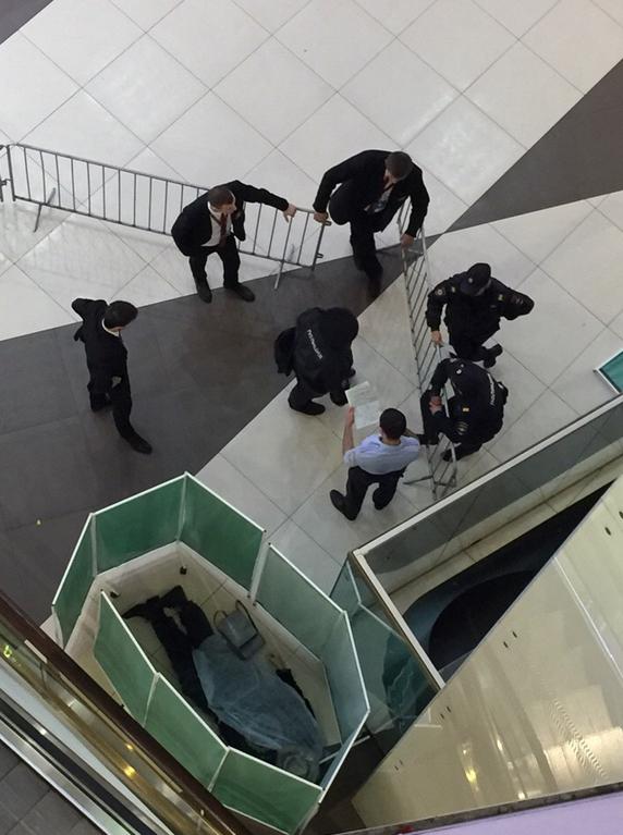 29 августа пожилой мужчина, стоявший на третьем этаже, упал на первый. Произошло все около 22:30. Стало известно, что пострадавший погиб на месте - его тело было огорожено. Позже была установлена личность погибшего - им оказался Коля Васин. Фото vk.com/spb_today