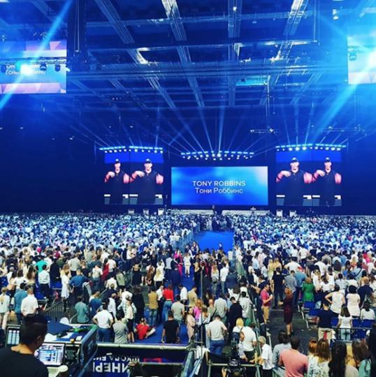 """Семинар Тони Роббинса в """"Олимпийском"""" посетили 26 тысяч человек. Фото Скриншот Instagram: angel_maxim"""