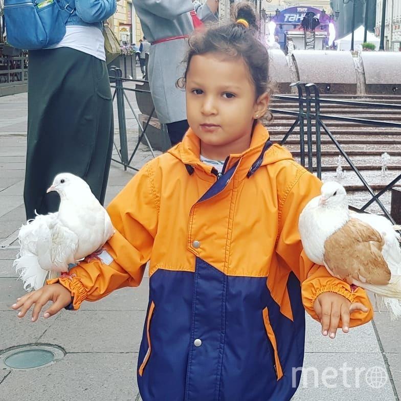 """Маленькой Боне очень понравился русский кокошник. Фото все: instagram @tsoylita, """"Metro"""""""