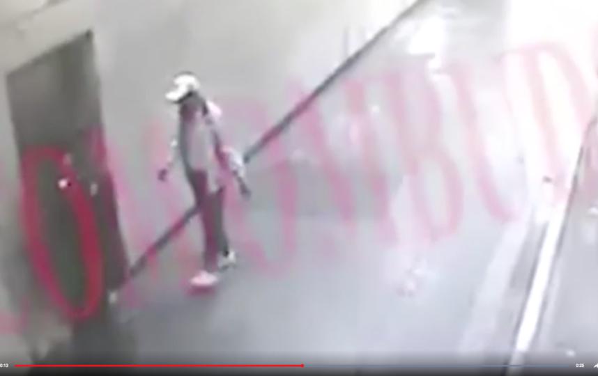 На кадрах видно, как сотрудник правоохранительных органов и неизвестный мужчина идут по платформе. Фото Скриншот https://www.youtube.com/watch?v=DgJKQgjCXDU, Скриншот Youtube