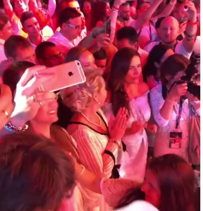Светлана Медведева подпевала в первом ряду Верке Сердючке.