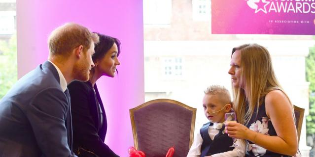 Меган и Гарри общаются с Макензи и его мамой Эми на WellChild Awards.