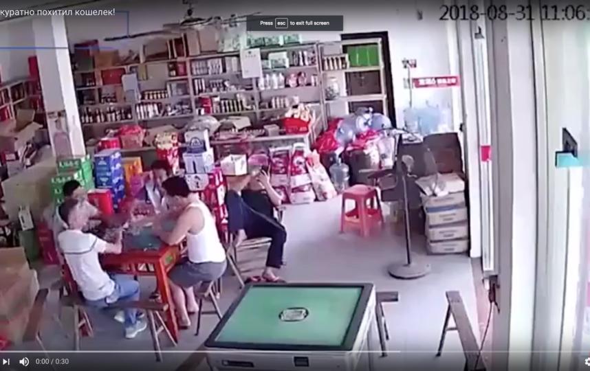 В магазине продуктов, где друзья играли в карты, была камера наблюдения. Фото Скриншот Youtube