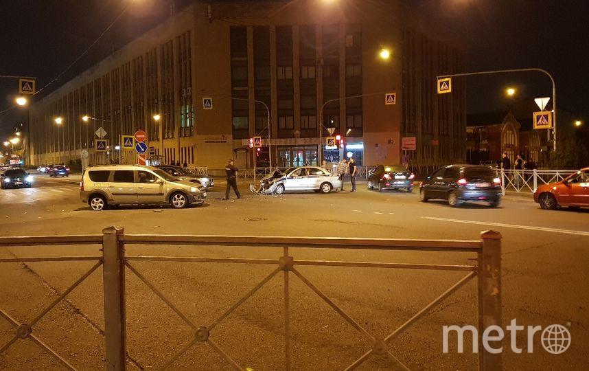 Фото с места ДТП с участием полицейской машины. Фото https://vk.com/spb_today, vk.com