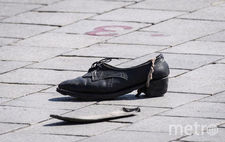 Одна из маршировавших девушек оставила туфлю. Фото AFP