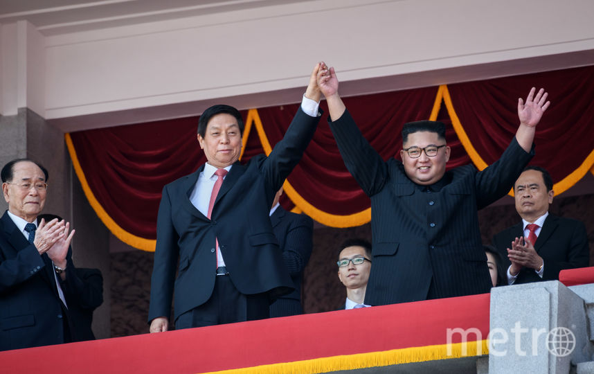 Ким Чен Ын приветствует участников парада. Фото AFP