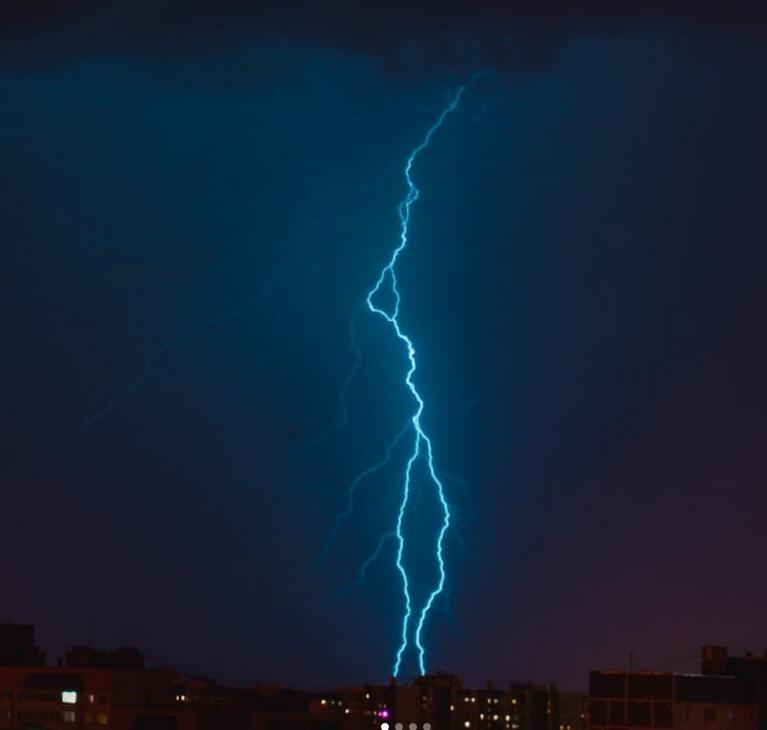 В Петербурге сверкали молнии: горожане сделали фото. Фото скриншот www.instagram.com/anyametzger/