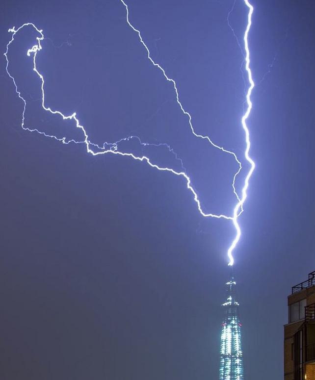 Молния ударила в самый высокий шпиль Европы. Фото скриншот www.instagram.com/milochka_mamulechka/