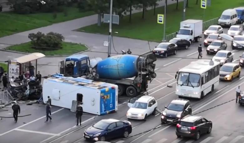 В Петербурге BMW выехал на встречку и врезался в автобус с пассажирами. Фото Все - скриншот YouTube