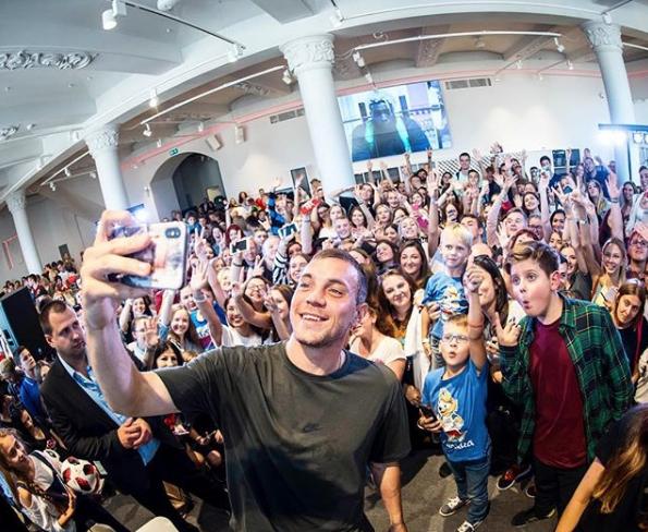 Артём Дзюба на встрече с фанатами. Фото скриншот https://www.instagram.com/artem.dzyuba/