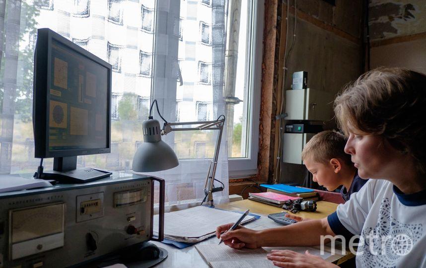 """Екатерина записывает показания, собранные на метеорологической площадке возле дома. Фото Алена Бобрович, """"Metro"""""""