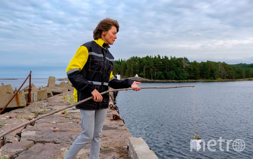 """Екатерина измеряет уровень соли в воде Финского залива. Фото Алена Бобрович, """"Metro"""""""