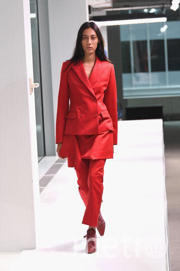 Показ Sies Marjan в Нью-Йорке: красный - в тренде. Фото Getty