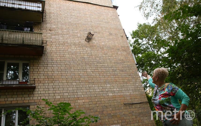 Двадцать лет провисели салазки на стене девятиэтажки в районе Коптево, но только сейчас жители раскрыли тайну их появления. Фото Василий Кузьмичёнок