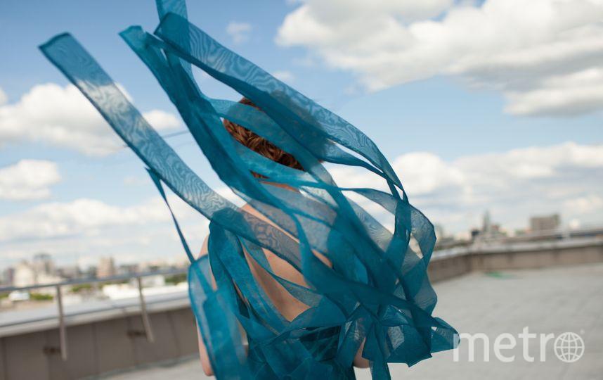 """Каллиграф Виктор Фицнер, к рассказу """"Расскажи мне как это – зимовать у моря"""". Модель – Мария Осипова. Фото Дарья Джалелова"""