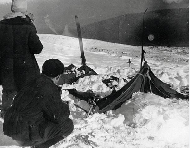Палатка группы. Фото спасателя Вадима Брусницына 26 или 28 февраля 1959 г. Слева — поисковик Юрий Коптёлов. Фото Wikipedia/Soviet investigators