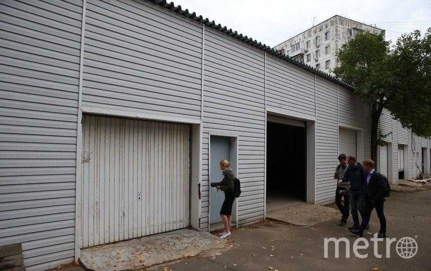 Восемь стиральных и столько же сушильных машин будет в прачечной, которую благотворители хотят открыть за этими воротами. Фото Василий Кузьмичёнок