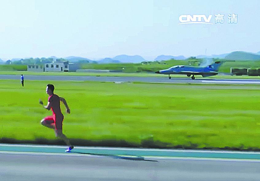 Серебряный призёр чемпионата мира в эстафете 4×100 Чжан Пэймэн соревновался в скорости с истребителем FTC-2000. На дистанции 100 м сильнее оказался человек, обогнавший самолёт на долю секунды. Фото скриншот с видео CNTV