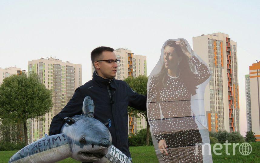 Павел Швец, координатор инициативной группы в защиту парка Интернационалистов проводит пикет с картонной Ириной Бабюк. Фото предоставлено активистами