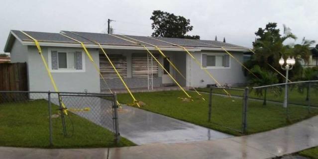 Дома держат тросами, чтобы не улетели.