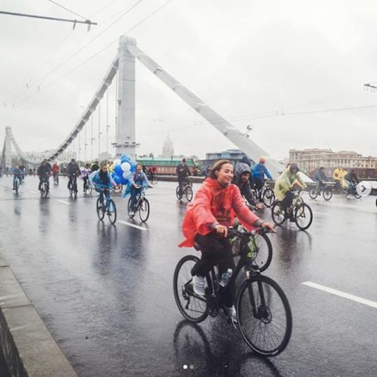Московский традиционный велопарад прошёл под проливным дождем. Фото Скриншот Instagram @nastyapumbaa.
