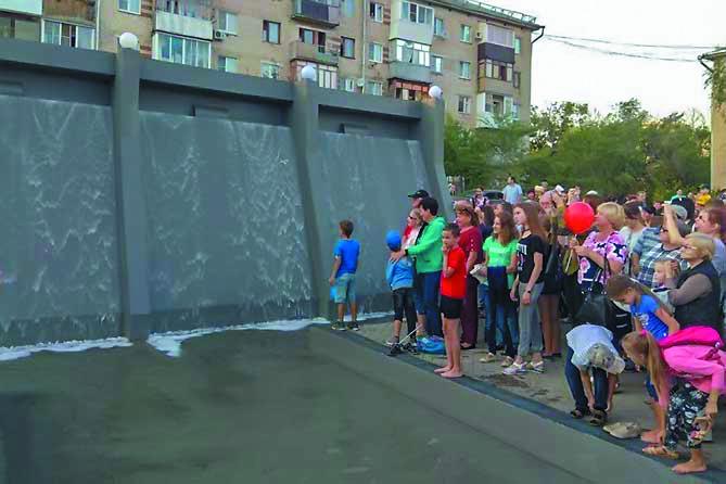 """На открытии нового сквера горожане окунулись в воду фонтана. Фото Егор Важнов, """"Metro"""""""