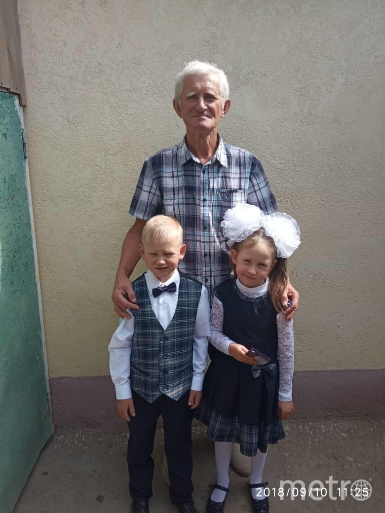 """""""Первый раз в первый класс"""" Дед привёл детей в школу. Фото Казачок Павел Александрович, """"Metro"""""""