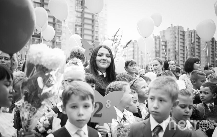 """На фотографии моя дочь София , в этом году наш класс участвовал в благотворительной акции «Дети вместо цветов» . Все собранные средства мы передали в фонд помощи детям , и купили один общий букет для нашей любимой учительницы. Фото """"Metro"""""""