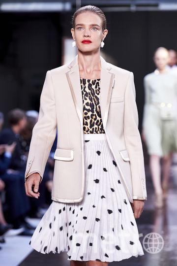 Наталья Водянова на показе Burberry (Недели моды в Лондоне). Фото AFP