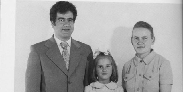 На заднем плане – архитектор Виктор Михайлович Албаут и будущая д.т.н. Галина Николаевна Албаут. Снизу старшая сестра Лариса (рядом с ней младшие сёстры Татьяна и Светлана, сверху фотография целиком).