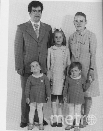 На заднем плане – архитектор Виктор Михайлович Албаут и будущая д.т.н. Галина Николаевна Албаут. Снизу старшая сестра Лариса (рядом с ней младшие сёстры Татьяна и Светлана, сверху фотография целиком). Фото Nathan Farb.