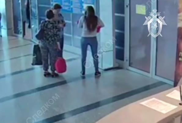 В Сети появилось видео, как омичка подарила ребенка петербурженке. Фото Все - скриншот YouTube