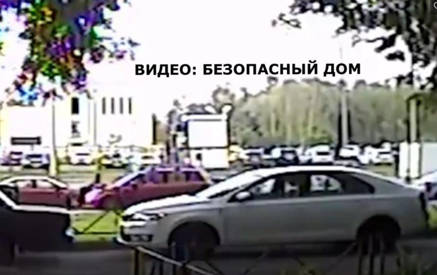 В Петербурге девушку протащили на капоте автомобиля несколько метров. Фото vk.com