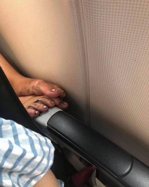 Грязные ноги и подгузники: Instagram в шоке от бескультурных пассажиров. Фото Скриншот Instagram: @passengershaming