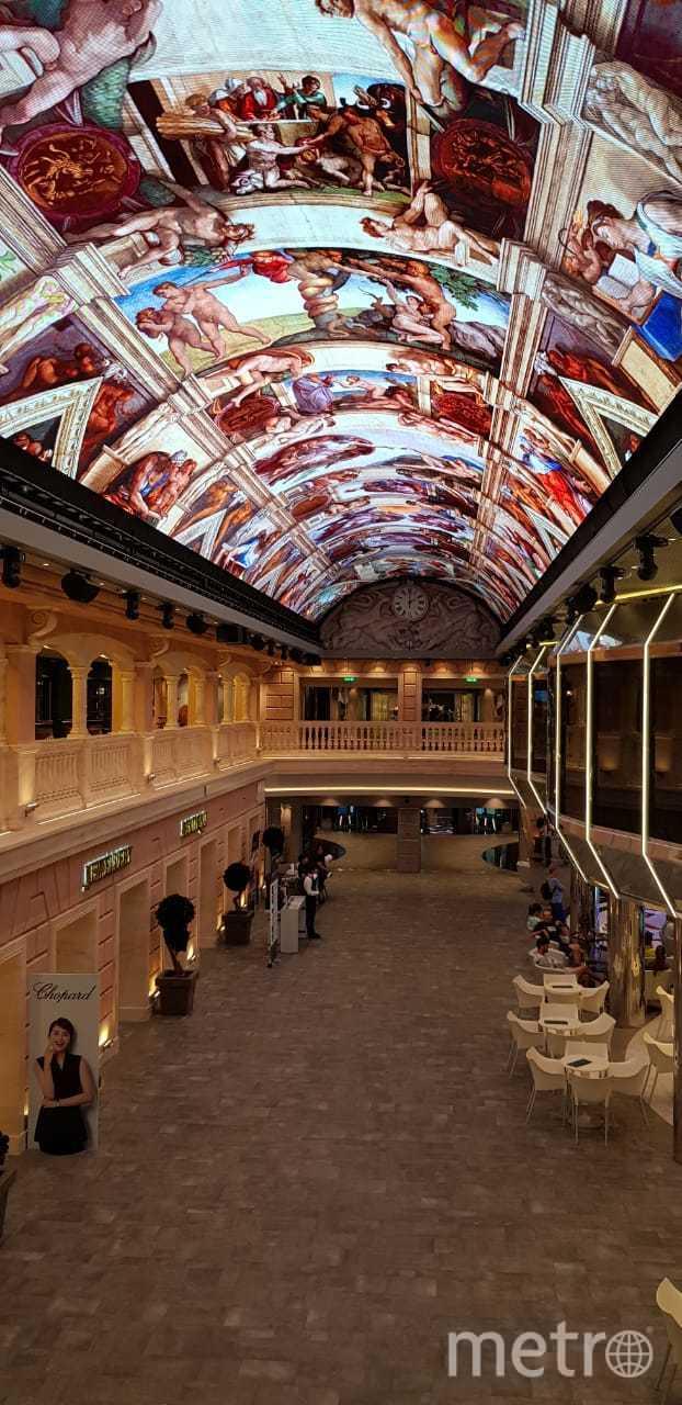 96-метровый крытый променад с куполом в виде огромного светодиодного экрана площадью 480 кв. метров.